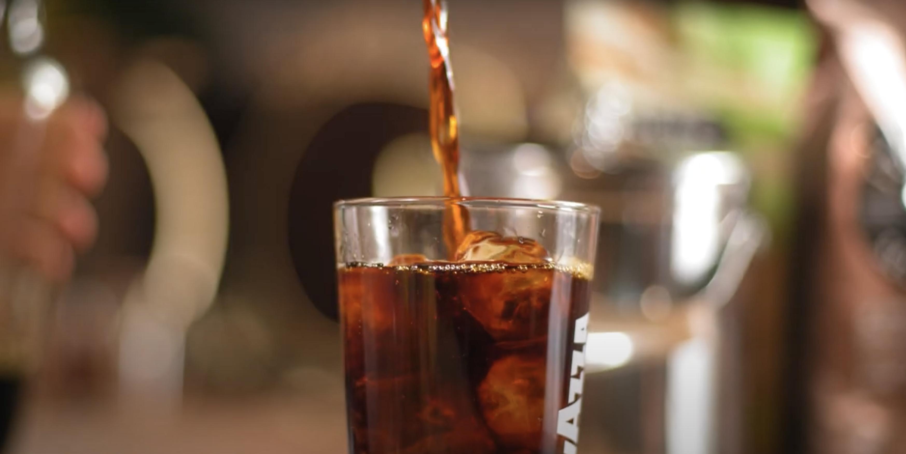 """""""Cold brew trekt vanwege de lage temperatuur alleen de fijne en subtiele smaken uit de koffie. Het smaakt daardoor zachter, zoeter en nauwelijks bitter. Daarom is het de perfecte basis voor cocktails."""""""